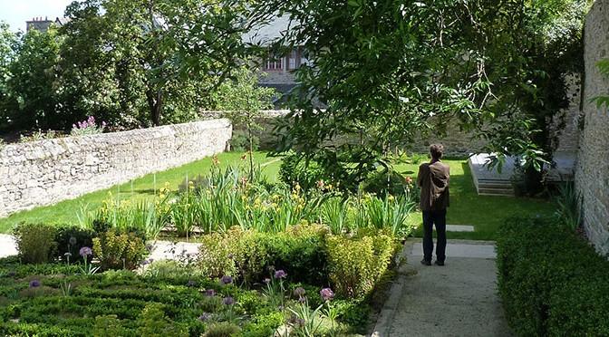 Jardin Ernest Renan, vue au delà du murs sur la vallée.