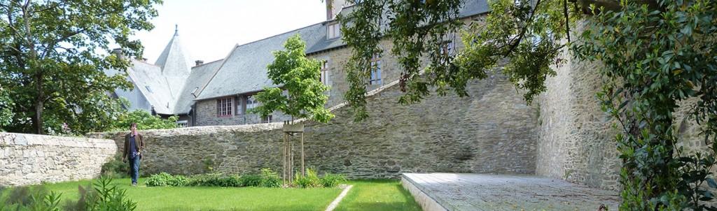 Jardin Ernest Renan, l'espace de la scène et mise en valeur du bâtie environnant.