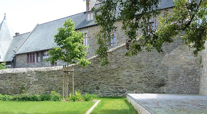 – Jardin Ernest Renan, l'espace de la scène et mise en valeur du bâtie environnant.